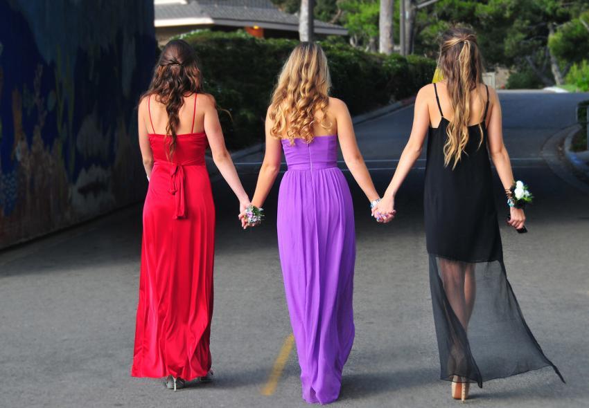 https://cf.ltkcdn.net/teens/images/slide/242254-850x590-three-girls-holding-hands.jpg