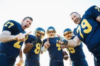 https://cf.ltkcdn.net/teens/images/slide/131614-425x282-High_School_Football_Team.jpg