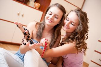 https://cf.ltkcdn.net/teens/images/slide/166056-850x565-teen-girls-jewelry.jpg