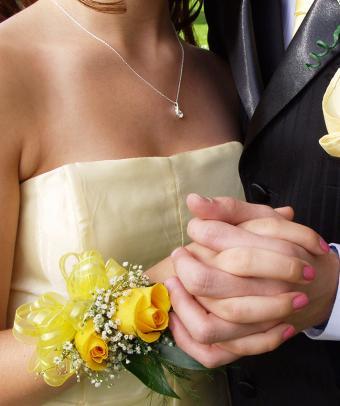 https://cf.ltkcdn.net/teens/images/slide/185058-712x850-Prom-Couple.jpg