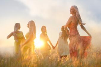 https://cf.ltkcdn.net/teens/images/slide/242255-850x567-friends-dancing-in-meadow.jpg