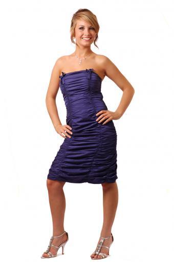 https://cf.ltkcdn.net/teens/images/slide/243159-567x850-strapless-ruched-prom-dress.jpg