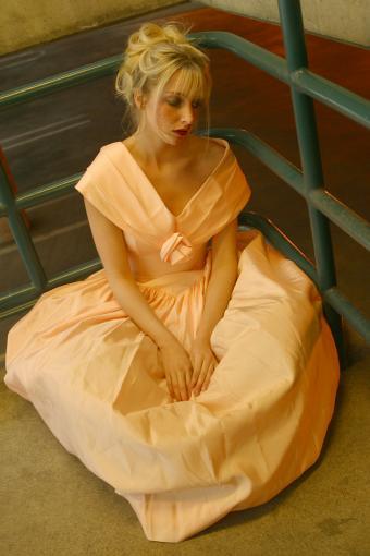 https://cf.ltkcdn.net/teens/images/slide/243163-567x850-peach-prom-dress.jpg