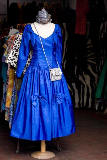 https://cf.ltkcdn.net/teens/images/slide/243177-566x850-blue-satin-dress.jpg