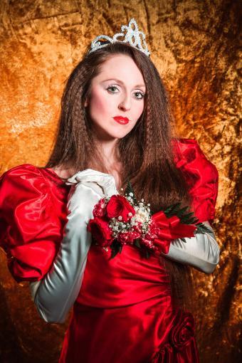 https://cf.ltkcdn.net/teens/images/slide/243178-567x850-red-satin-prom-dress.jpg