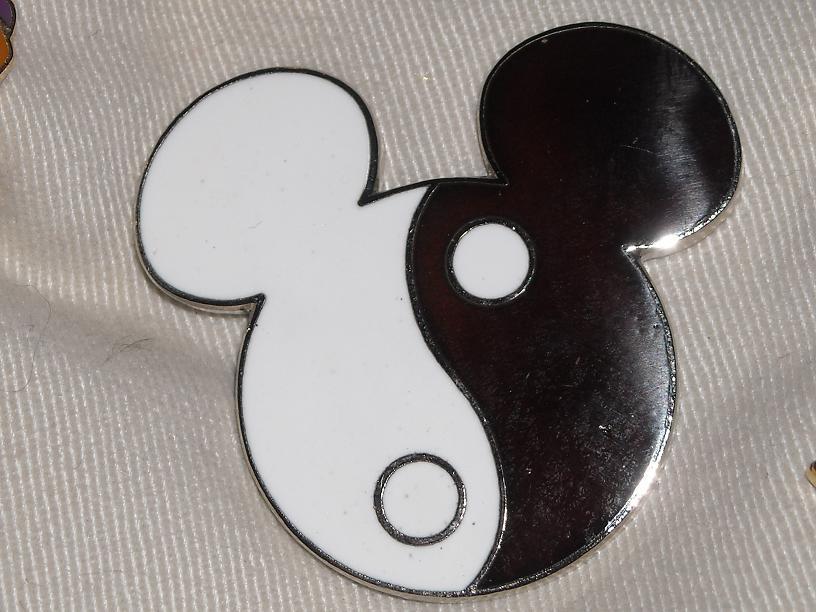 https://cf.ltkcdn.net/themeparks/images/slide/123010-816x612-Disney_Pins_018.jpg