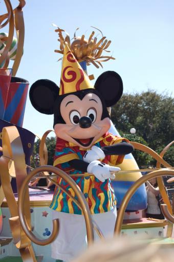 https://cf.ltkcdn.net/themeparks/images/slide/125598-500x752r1-mickey_mouse_parade.jpg