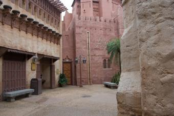 https://cf.ltkcdn.net/themeparks/images/slide/125602-600x399-epcot_world_morocco_street.jpg