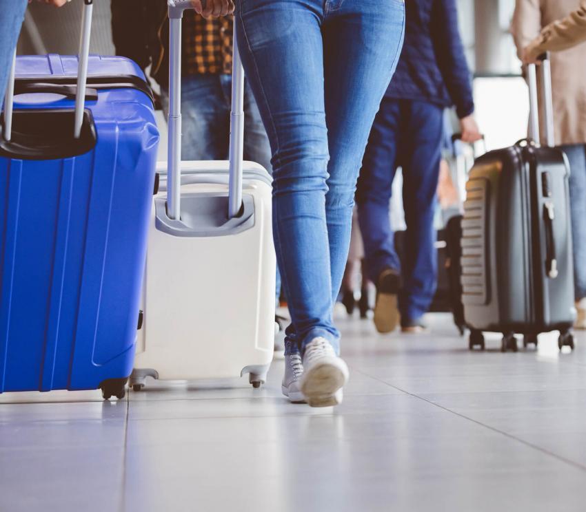 https://cf.ltkcdn.net/travel/images/slide/258137-850x744-1-holiday-travel-safety-tips.jpg