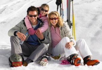 https://cf.ltkcdn.net/travel/images/slide/169473-700x479-family-ski.jpg