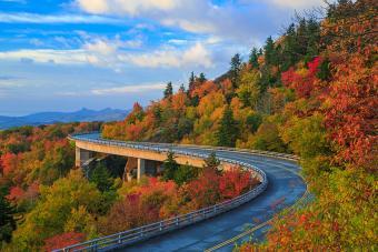 https://cf.ltkcdn.net/travel/images/slide/196846-850x567-Linn-Cove-Viaduct-Blue-Ridge-Parkway.jpg
