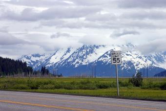 https://cf.ltkcdn.net/travel/images/slide/196847-850x567-Seward-Highway-near-Anchorage-Alaska.jpg