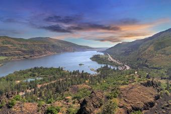 https://cf.ltkcdn.net/travel/images/slide/196908-850x567-Columbia-River-Gorge.jpg