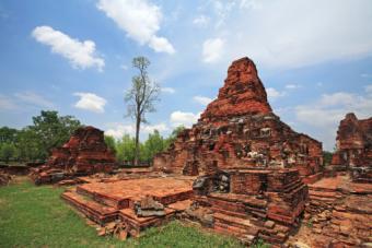 Ruin Buddha statues