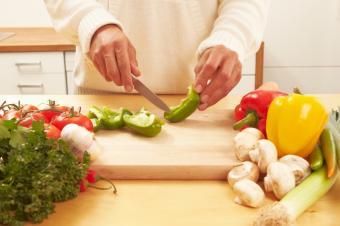 https://cf.ltkcdn.net/vegetarian/images/slide/127212-849x565r1-Preparing-Salad-Ingredients.jpg
