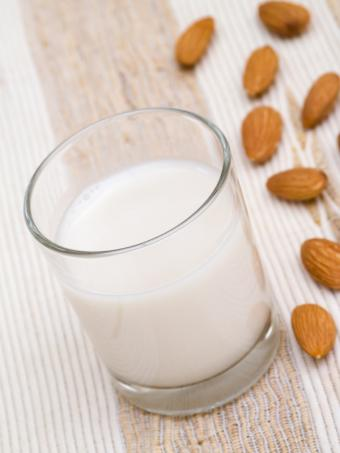 8 Almond Milk Benefits to Entice You to Try It
