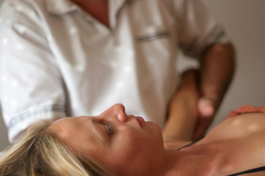 https://cf.ltkcdn.net/vitamins/images/slide/127544-849x565r1-Osteopath.jpg