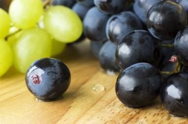 White_and_Purple_Grapes.jpg
