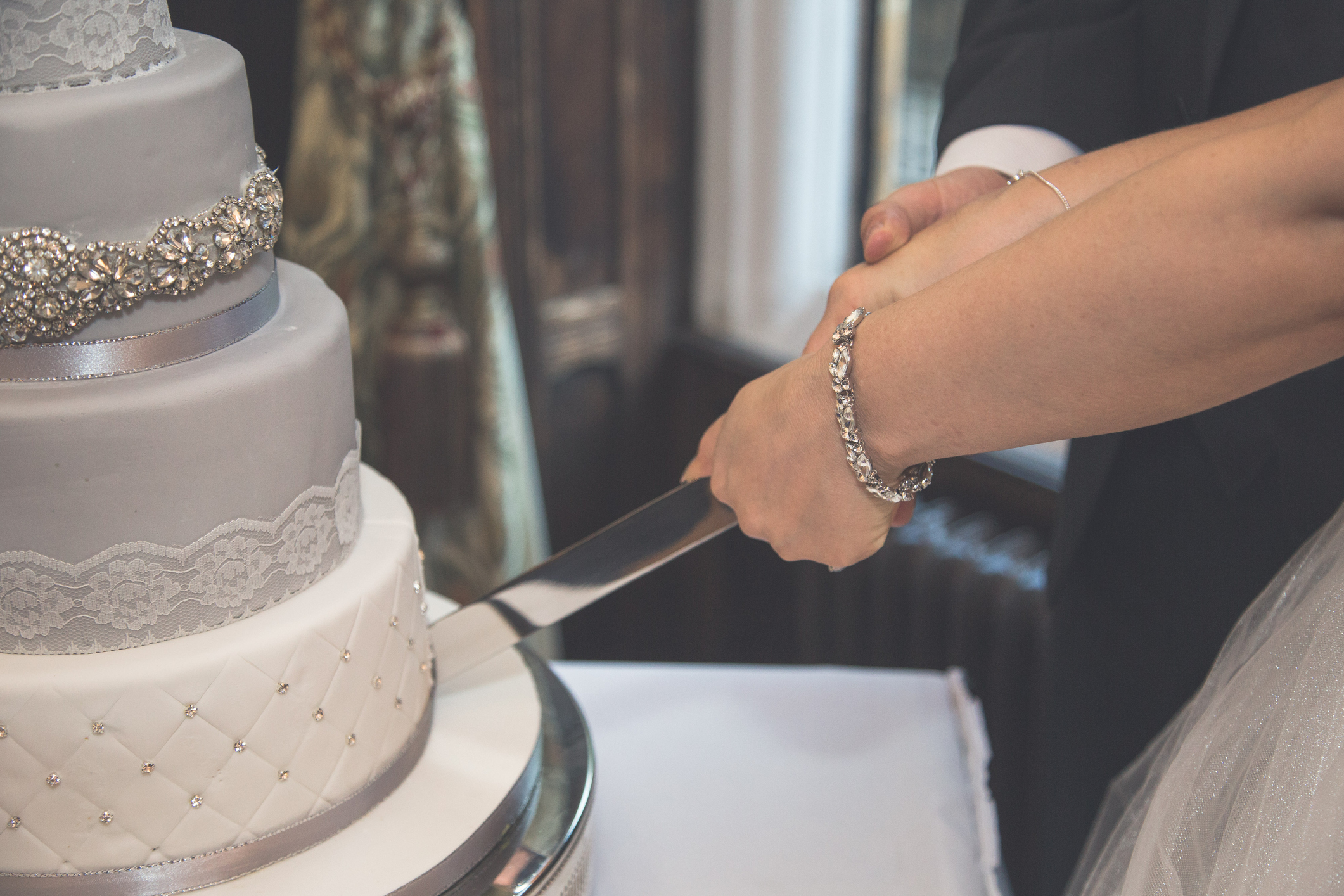 How To Cut A Wedding Cake Lovetoknow