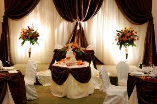 https://cf.ltkcdn.net/weddings/images/slide/106086-314x208-table-dramatic-cake.jpg