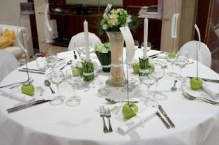 https://cf.ltkcdn.net/weddings/images/slide/106089-314x208-table-apples.jpg