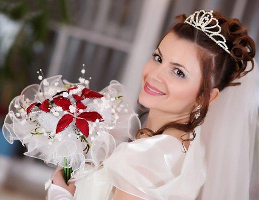 pictures of christmas wedding ideas 219 bride carrying white tulle bouquet with poinsettias