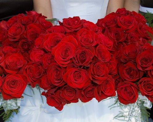 https://cf.ltkcdn.net/weddings/images/slide/107074-498x400-redbouquet10.jpg