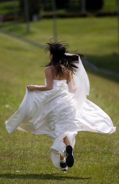https://cf.ltkcdn.net/weddings/images/slide/135777-418x645r1-Running-Bride.jpg