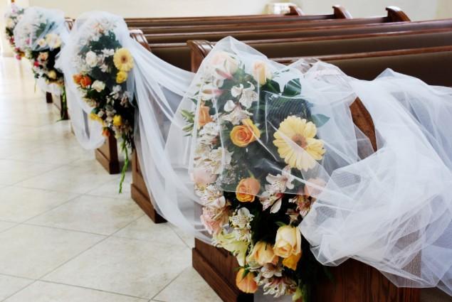 https://cf.ltkcdn.net/weddings/images/slide/143009-635x425r1-Church-Pew-Flowers1.jpg