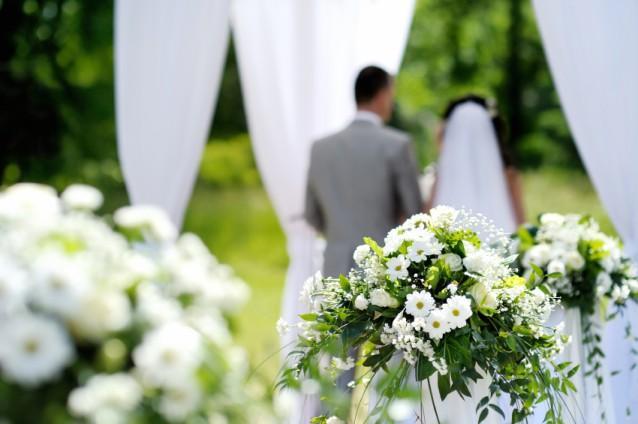 https://cf.ltkcdn.net/weddings/images/slide/143011-638x424r1-White-Column-Flowers1.jpg