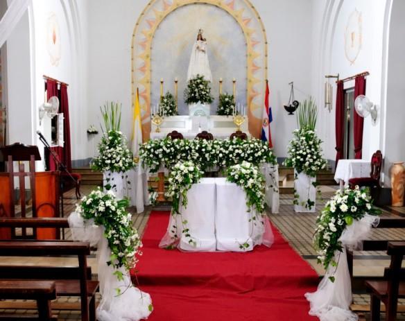 https://cf.ltkcdn.net/weddings/images/slide/143012-584x463-Altar-Flowers1.jpg