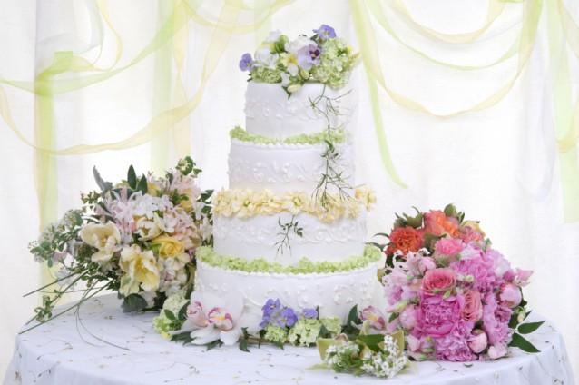 https://cf.ltkcdn.net/weddings/images/slide/143015-638x424r1-Wedding-Cake-Flowers1.jpg