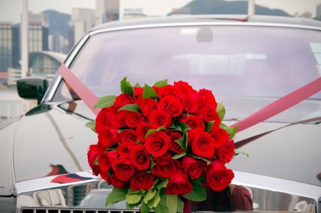 https://cf.ltkcdn.net/weddings/images/slide/143017-637x424r1-Getaway-Car-Flowers1.jpg