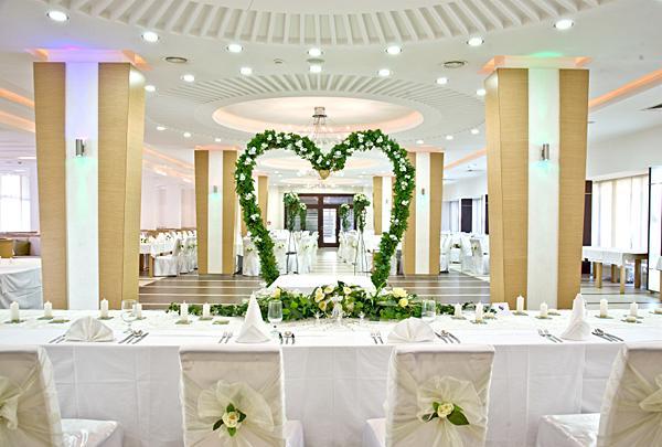 https://cf.ltkcdn.net/weddings/images/slide/149006-600x405-Bridal-Arches.jpg