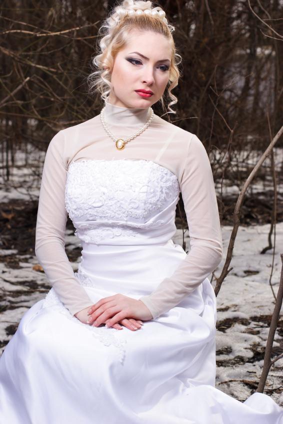 https://cf.ltkcdn.net/weddings/images/slide/158173-566x848r1-Sheer-sleeves.jpg