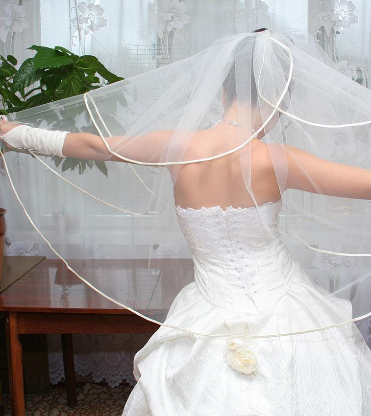 https://cf.ltkcdn.net/weddings/images/slide/176157-757x850-Layered-Wedding-Veil.jpg