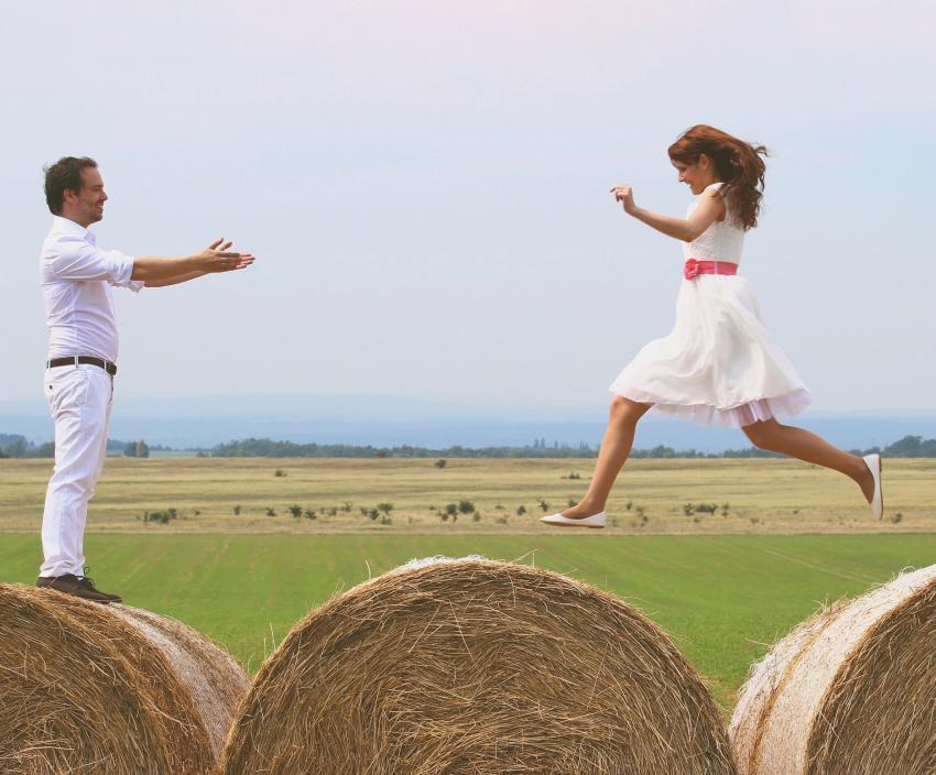 https://cf.ltkcdn.net/weddings/images/slide/219252-850x704-informalbrideandgroom.jpg