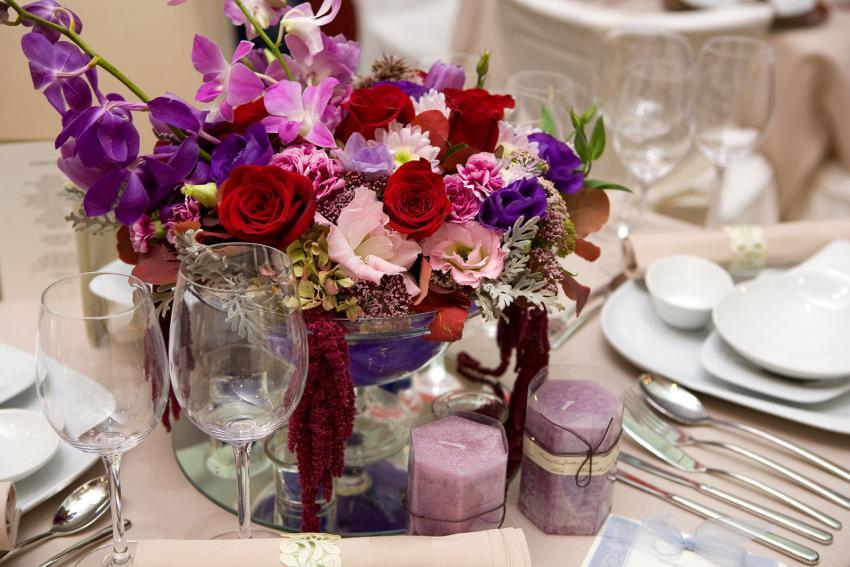 https://cf.ltkcdn.net/weddings/images/slide/238590-850x567-colorful-bouquet-centerpiece.jpg