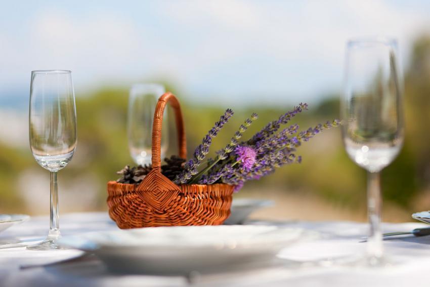 https://cf.ltkcdn.net/weddings/images/slide/238640-850x567-lavender-in-basket.jpg