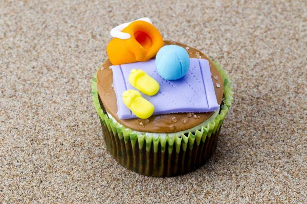 https://cf.ltkcdn.net/weddings/images/slide/240772-600x399-beach-decorations-on-cupcakes.jpg