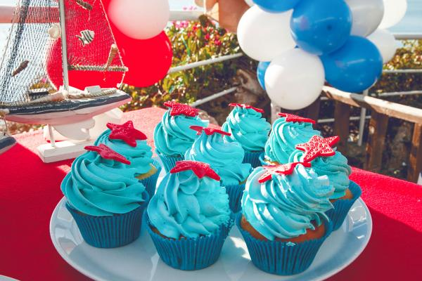 https://cf.ltkcdn.net/weddings/images/slide/240780-600x400-red-starfish-cupcakes.jpg