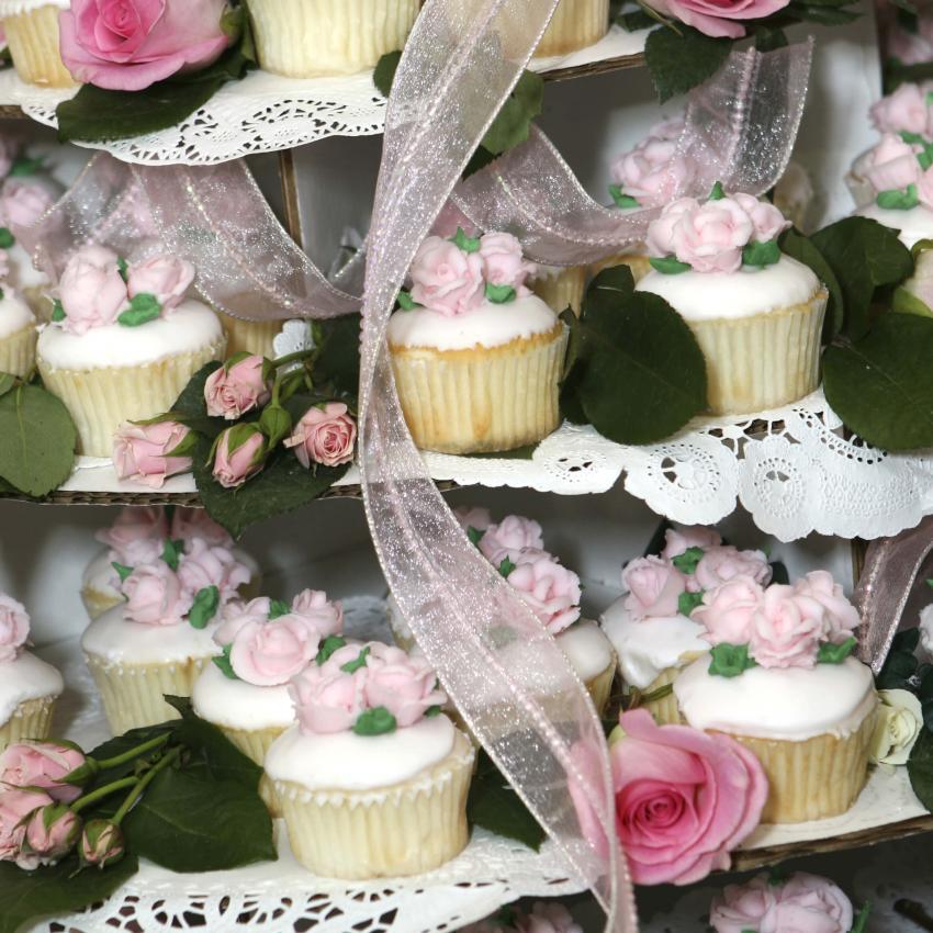 https://cf.ltkcdn.net/weddings/images/slide/240977-850x850-wedding-cupcake-ideas-2.jpg