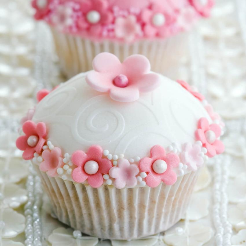 https://cf.ltkcdn.net/weddings/images/slide/240978-850x850-wedding-cupcake-ideas-3.jpg