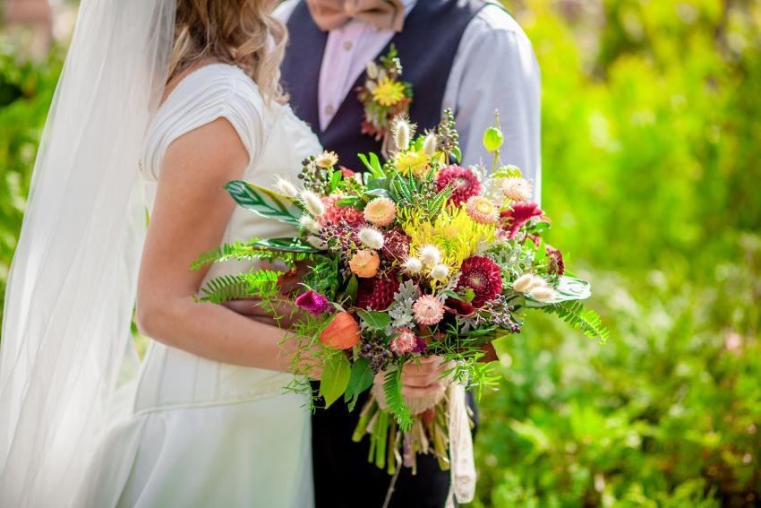 https://cf.ltkcdn.net/weddings/images/slide/245589-850x567-wildflower-wedding-bouquet.jpg