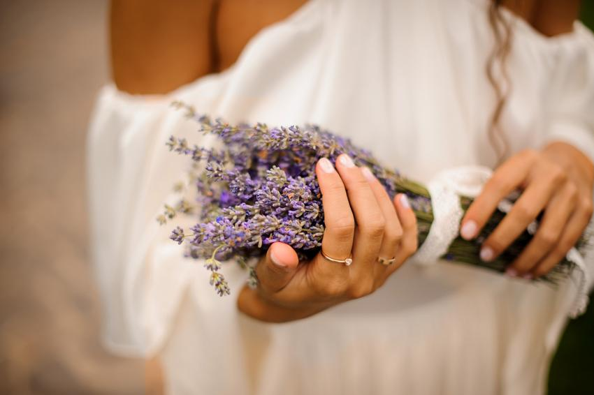https://cf.ltkcdn.net/weddings/images/slide/245592-850x566-simple-lavender-bouquet.jpg