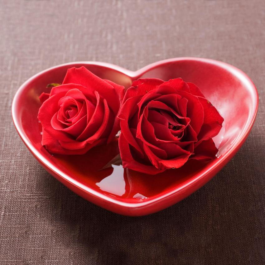 https://cf.ltkcdn.net/weddings/images/slide/249226-850x850-1-valentines-day-wedding-centerpieces.jpg