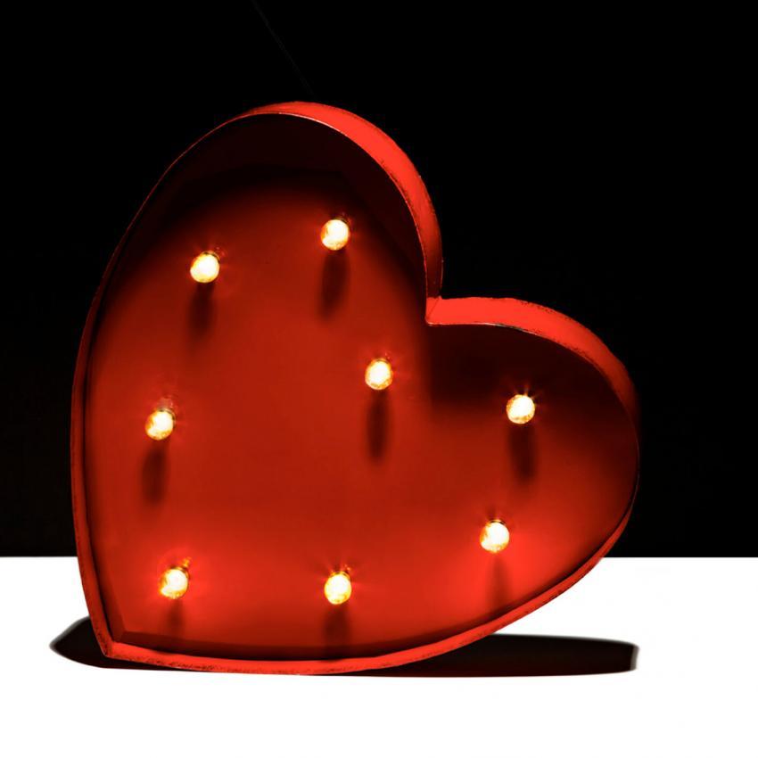 https://cf.ltkcdn.net/weddings/images/slide/249244-850x850-16-valentines-day-wedding-centerpieces.jpg