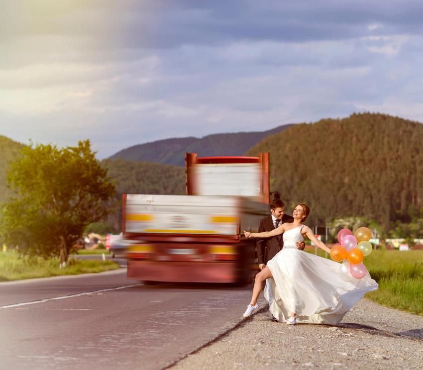https://cf.ltkcdn.net/weddings/images/slide/254077-850x744-5-crazy-wedding-pictures.jpg