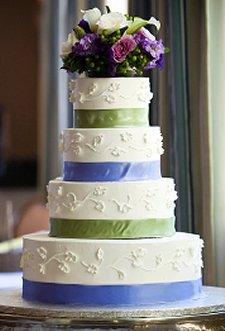 https://cf.ltkcdn.net/weddings/images/slide/106169-225x331-viewcake7.jpg