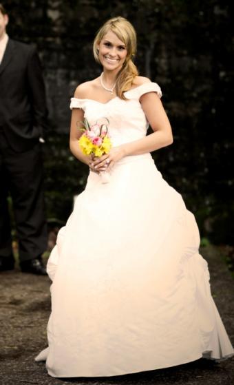 https://cf.ltkcdn.net/weddings/images/slide/106401-417x685-dress3.jpg